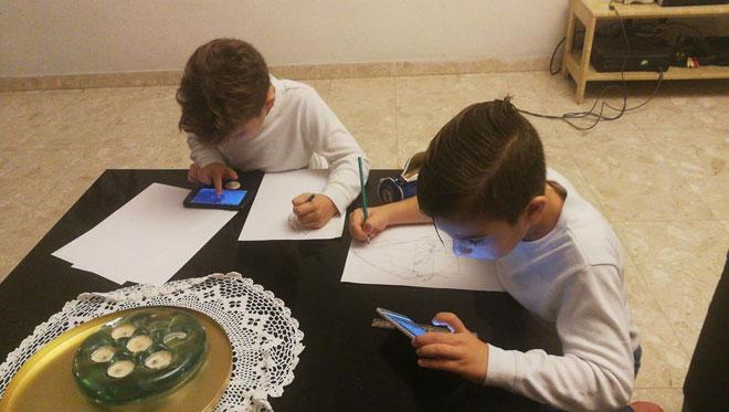 אתם שלחתם: אבישי ואריאל מתאמנים בציור דראגון בול עם מדריך מיוטיוב