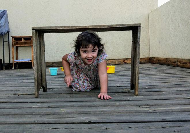 אתם שלחתם: שני, בת שלוש וחצי, מתאמנת במסלול מכשולים שבנתה עם אמא בגינה