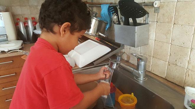אתם שלחתם: דולב בן חמש מתאמן בשטיפת כלים
