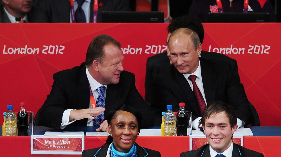 מיודדים. מריוס ויזר עם ולדימיר פוטין באולימפיאדת לונדון 2012 (צילום: getty images) (צילום: getty images)