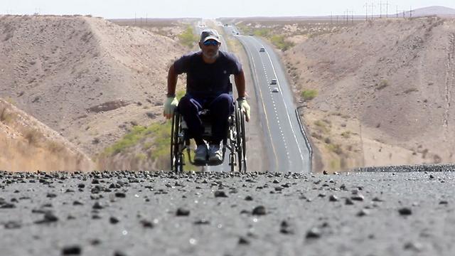 """4,990 ק""""מ בין נקודת הסיום להתחלה. גייב קורדל במהלך המסע המפרך (צילום: Crip Trip productions)"""