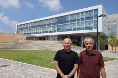 """האדריכל מבל והנשיא גלעדי. """"היה צריך לשנות את האוריינטציה של המכללה כך שהיא תהייה עם הפנים לעיר""""  (צילום: מיכאל יעקובסון)"""
