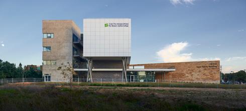 """הבניין החדש במבט מהצד. """"אנחנו מעוניינים בקשר אינטראקטיבי עם האזור"""", אומר נשיא המכללה    (צילום: ליאור אביטן)"""