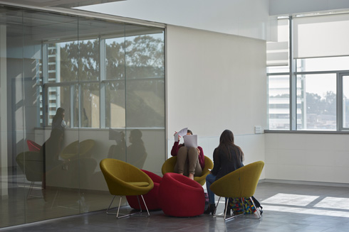 פינות ישיבה נוחות ברחבה. בקרוב יקום סמוך למכללה כפר סטודנטים, שיהיה יותר ממקום לינה   (צילום: ליאור אביטן)