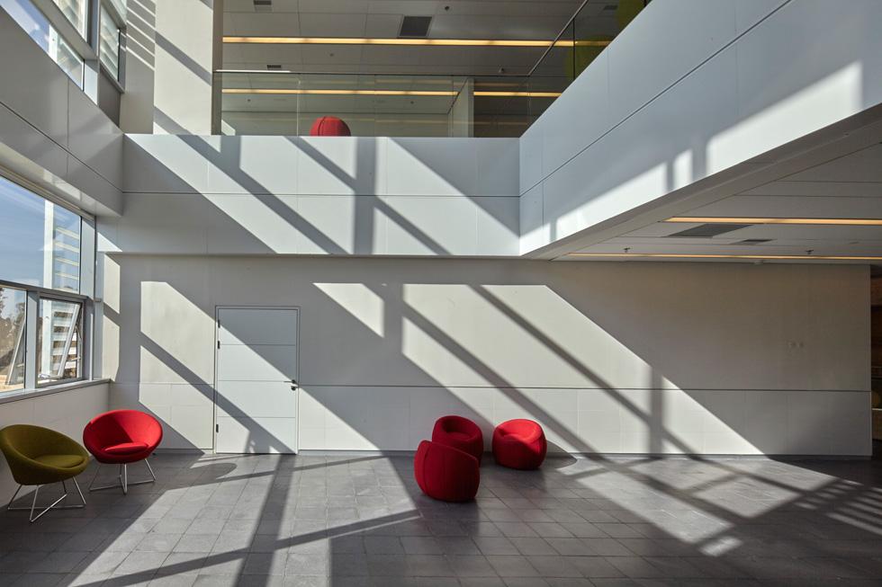 פינת ישיבה ברחבה הגדולה. הבניין מאוורר ומואר באור טבעי. מערכת אלקטרונית פותחת וסוגרת את חלונות הגג לפי תנאי מזג האוויר   (צילום: ליאור אביטן)
