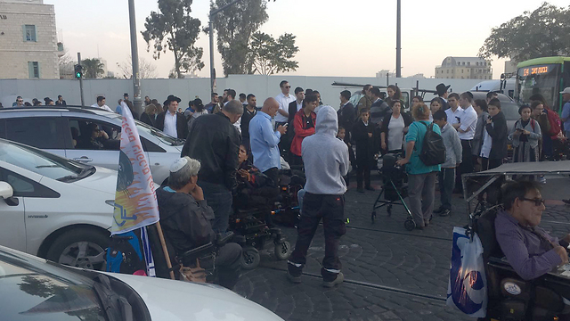 Disabled blocking road in protest of low disability pensions, Jerusalem (Photo: TPS)