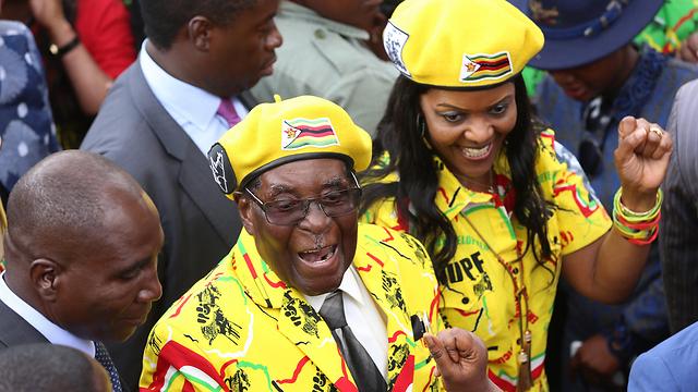 רצה לסלול את הדרך לאשתו לרשת אותו. רוברט וגרייס מוגאבה (צילום: EPA) (צילום: EPA)