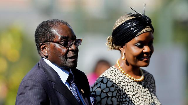 סלל את הדרך לאשתו גרייס לרשת אותו, אלא שבציבור בזימבבואה לא ממש רחשו חיבה לגברת הראשונה של זימבבואה (צילום: AFP) (צילום: AFP)