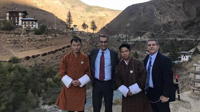 """""""הערוצים הדיפלומטיים עובדים טוב מאוד"""". גלעד כהן (במרכז), בביקור בבהוטן ()"""
