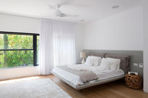 גם חדר השינה של בני הזוג פונה אל הנוף (צילום: שי אפשטיין)