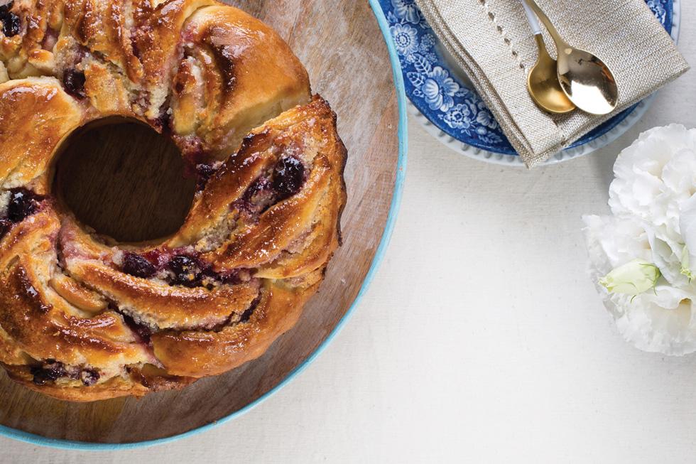 עוגת שמרים במלית מרציפן וקונפיטורת דובדבנים (צילום: בועז לביא, סגנון: נעה קנריק)
