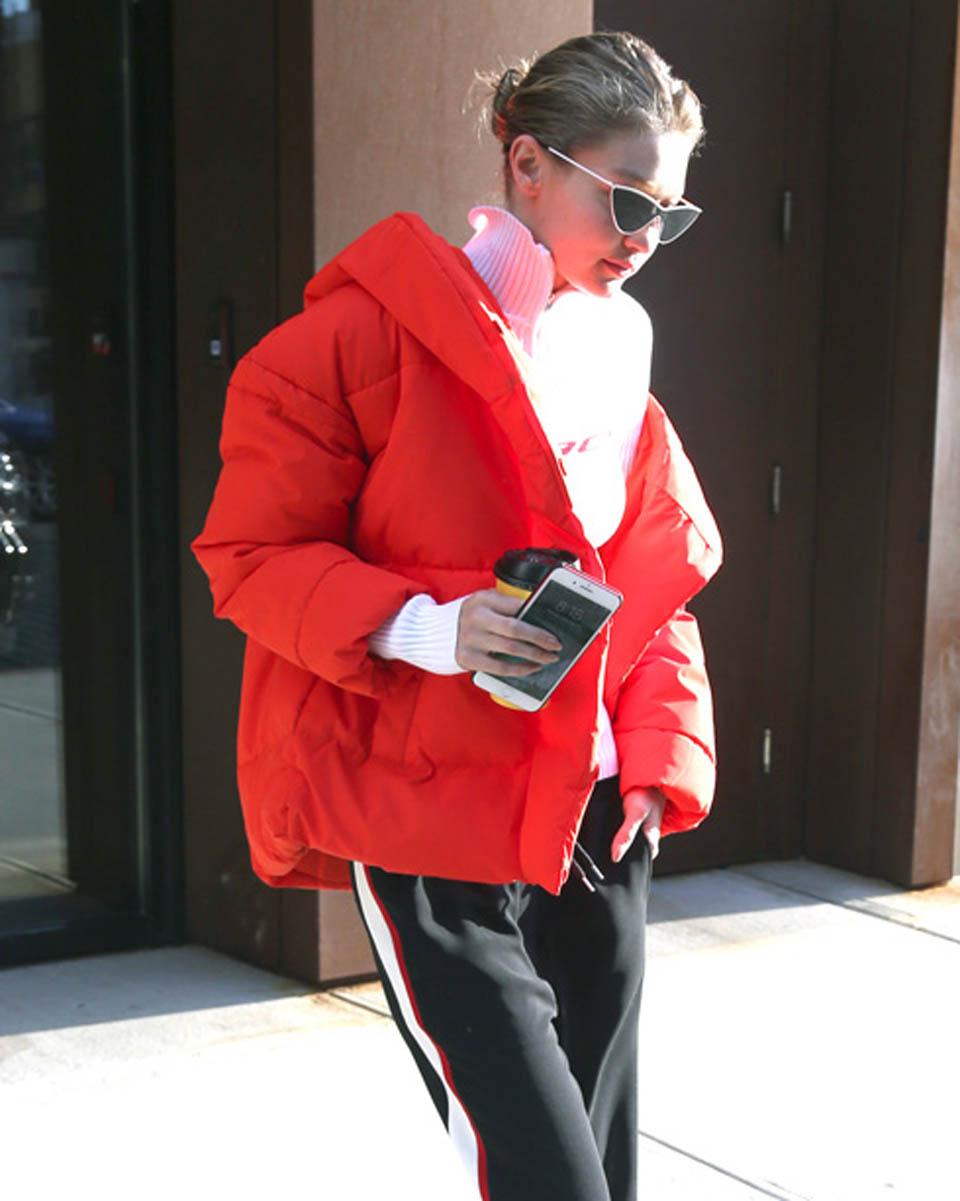 Джиджи Хадид в куртке от H&M