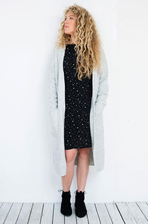 קרדיגן, 229 שקל, ושמלה, 100 שקל - H&M. מגפונים, 329 שקל, זארה (צילום: עדו לביא, סטיילינג: תמי ארד־ברקאי)