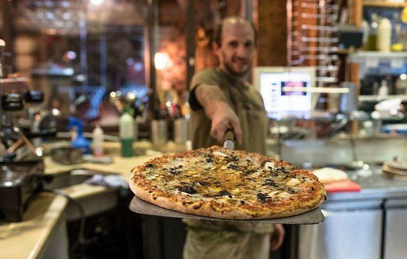 """אל תשכחו לטעום מהפיצה. """"עיוני"""" (צילום: יח""""צ)"""
