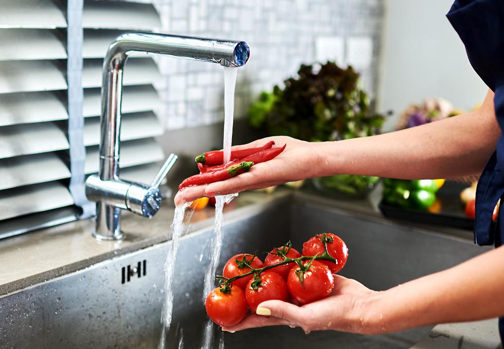 אם אין לכם נוף ייחודי מהמטבח, אין סיבה למקם את הכיור כך שאתם עם הגב לכל המתרחש במטבח ובסלון (צילום: shutterstock) (צילום: shutterstock)