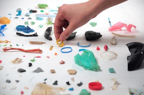 סוגי פלסטיק שונים, המוטמנים באדמה עם האשפה. מה יקרה להם אחרי תהליכים גיאולוגיים ארוכי טווח? (מחקר: שחר ליבנה)