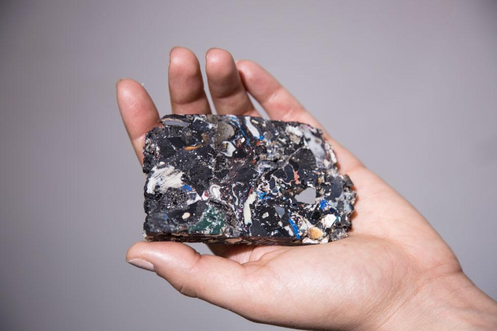 בחזרה לעתיד. ליבנה מתייחסת לשאריות הפלסטיק הנערמות בעולמנו לאו דווקא כאיום נורא על עתיד כדור הארץ, אלא כחומר גלם רב פוטנציאל (צילום: אלן בום)