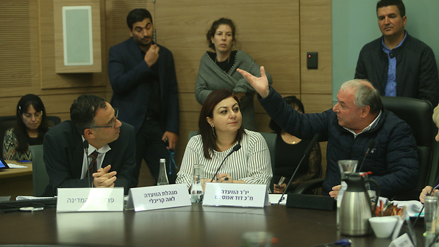 SA Nitzan (L) and Internal Affairs Committee Chairman Amsalem (R) exchanged heated words Tuesday (Photo: Alex Kolomoisky)