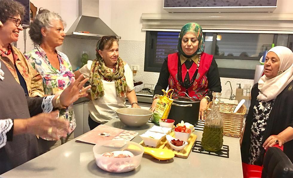 """הדרך להידברות עוברת במטבח. נשים יהודיות וערביות בסדנת """"נשים מבשלות שלום"""" בבאקה אל-גארבייה (צילום: יח""""צ) (צילום: יח"""