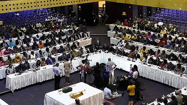 ישיבת ההדחה בפרלמנט של זימבבווה, הערב (צילום: AFP) (צילום: AFP)