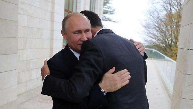 אסד מתחבק עם פוטין במהלך ביקור פתע ברוסיה ()