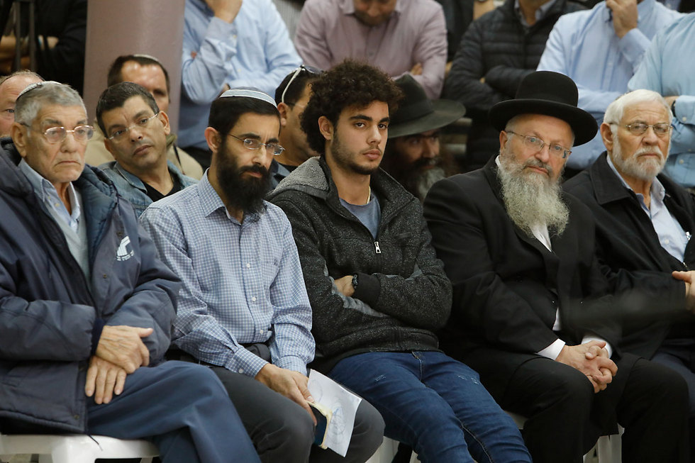 Hodaya's father (2nd from left) and Safed Chief Rabbi Eliyahu (2nd from right) (Photo: Shaul Golan)