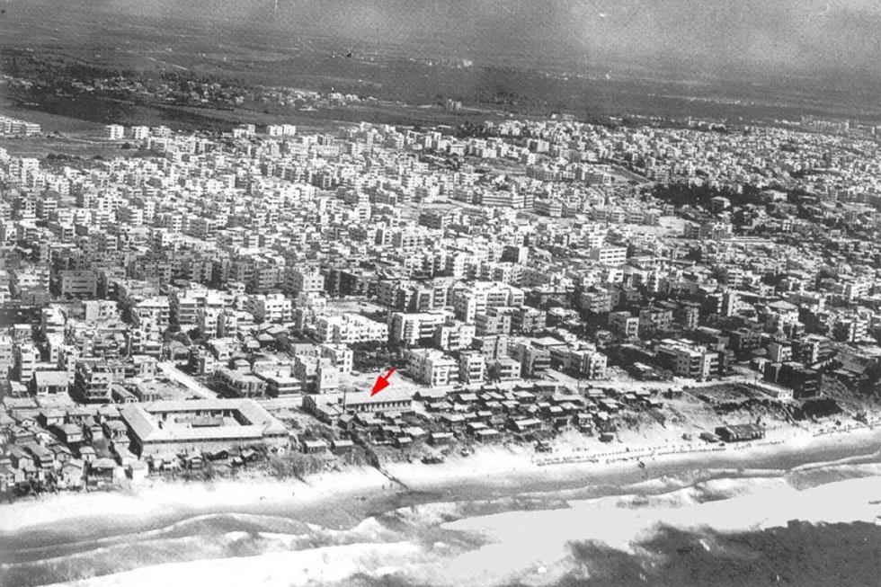 מרפסת מורמת מול הים. השטח הענק של כיכר אתרים הוא נדיר באיכותו (צילום: Ori, cc)