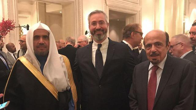 Rabbi Sabag (center) between the two Saudi officials