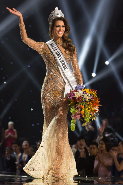 איריס מיטונר, מיס יוניברס היוצאת ברגע זכייתה לפני שנה (צילום: Alex Mertz  Miss Universe)