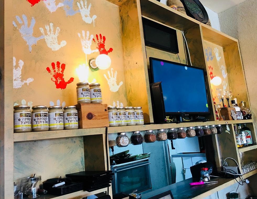 כפות ידיים ורהיטים מעץ (צילום: לין לוי) (צילום: לין לוי)