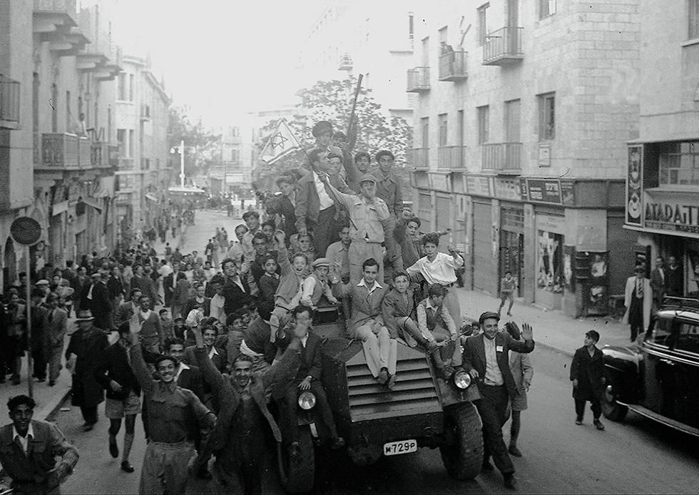 Евреи ликуют после ограшения резолюции ООН., 1947 год. Фото: ЛААМ (Photo: GPO)