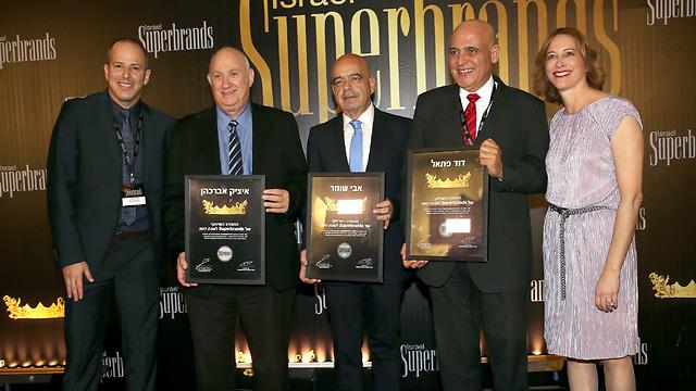 """שלושת המנכ""""לים הזוכים בתואר 'המנהיג השיווקי' יחד עם אתי עמיעד וערן יסעור מארגון Superbrands  (צילום: יח""""צ) (צילום: יח"""