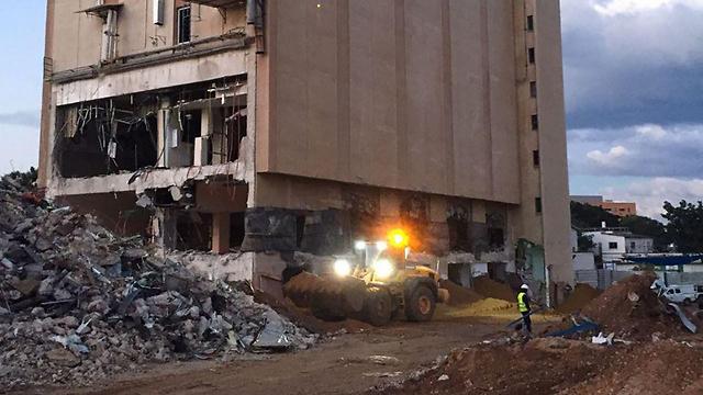 חומרי הנפץ ליד הבניין ()