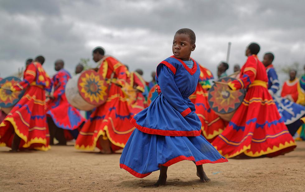 ריקודים ותפילות למען שלום זימבבואה בטקס דתי שנערך בשטח הפתוח בפאתי הרארה. נשיא זימבבואה רוברט מוגאבה התפטר מתפקידו לאחר 37 שנים בשלטון לאחר שהצבא ביצע הפיכה צבאית, ואת מקומו תפס סגנו המודח אמרסון מנאנגאגווה (צילום: AP) (צילום: AP)