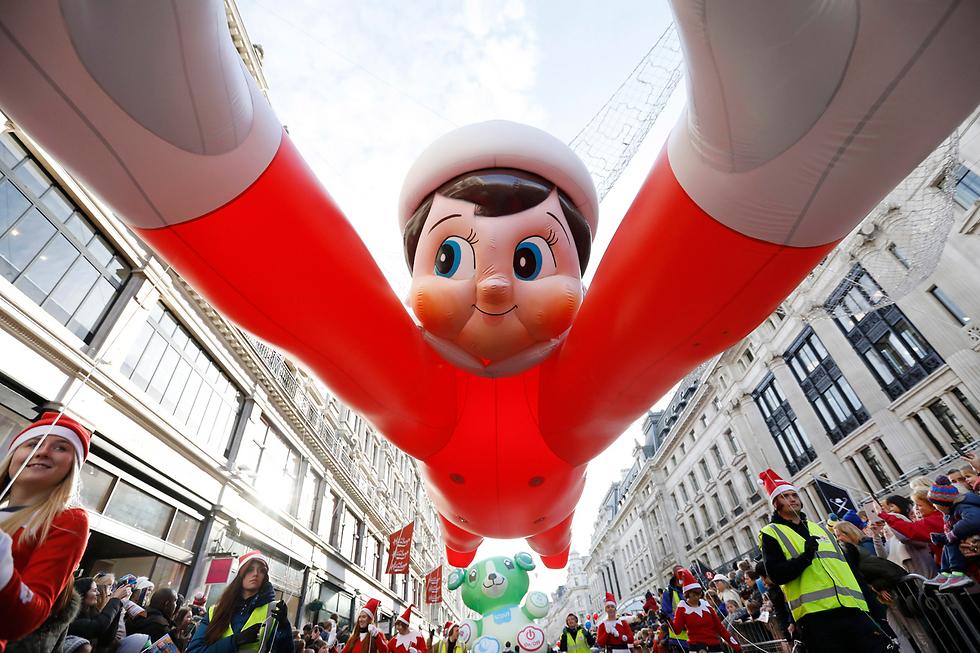 """יותר מ-800 אלף בני אדם השתתפו בצעדת הצעצועים השנתית ערב חג המולד של חנות הצעצועים המפורסמת """"המליס"""" ברחוב ריג'נט בלונדון (צילום: gettyimages) (צילום: gettyimages)"""