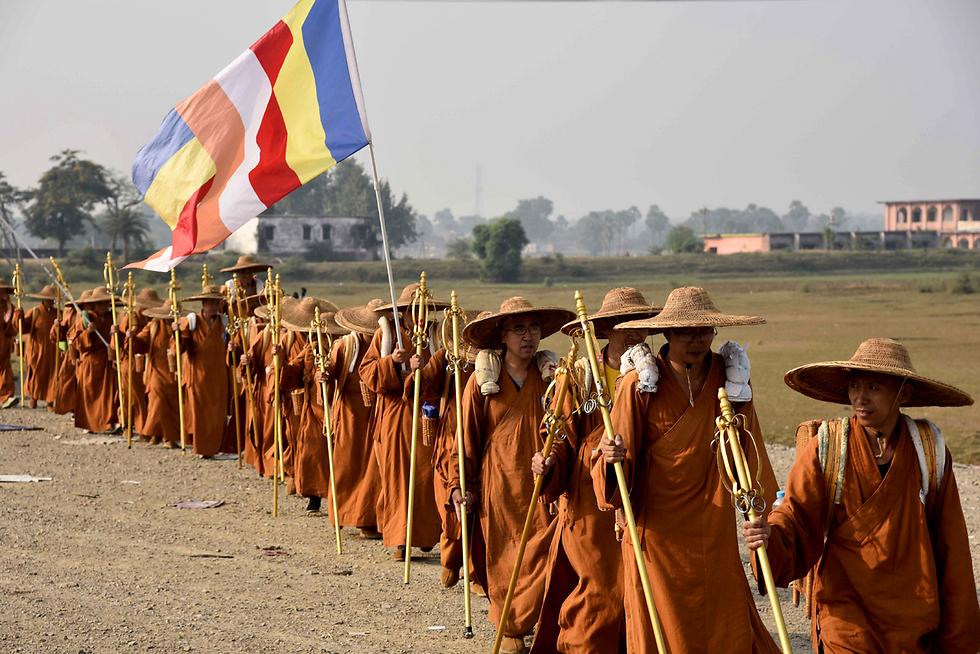108 נזירים סינים החלו במסע ברגל מסין לעיר בודגאיה בהודו למען השלום וההרמוניה בין המדינות (צילום: AFP) (צילום: AFP)