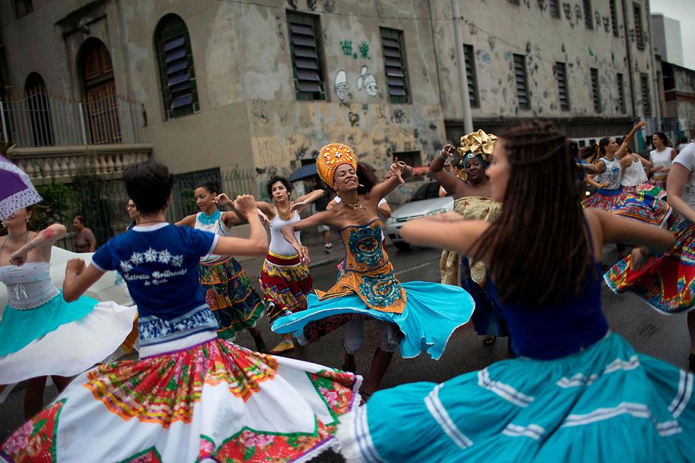 ברזיל מקדמת את עצמה כמדינה שבה ערבוב של גזעים שחיים בהרמוניה, אבל בריו דה ז'ניירו עורכים את יום המודעות לשחורים שנועד להראות שככל שצבע העור שלך כהה יותר, כך תקבל פחות הזדמנויות להתקדם בחיים (צילום: AFP) (צילום: AFP)