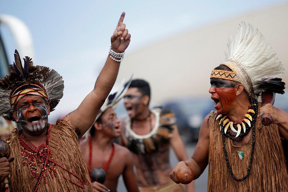 ילידים משבט פאטאשו בברזיל מוחים בעיר ברזיליה על החלטת הרשויות לסמן את הטריטוריות שלהם (צילום: רויטרס) (צילום: רויטרס)