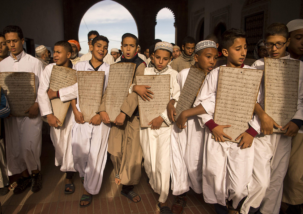 ילדים עושים את דרכם למסגד הגדול בעיר הנמל סלא שבמרוקו כדי להתפלל לבוא הגשם (צילום: AFP) (צילום: AFP)