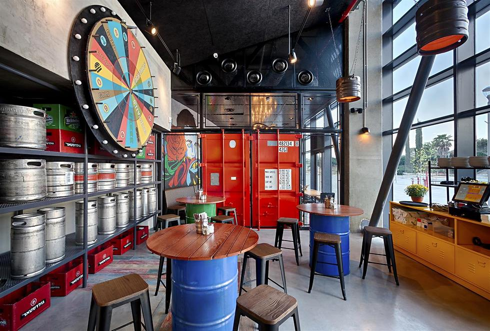 """גופי תאורה שעשויים מחביות בירה ישנות. החלל של מסעדת גורדוס (צילום: יח""""צ) (צילום: יח"""