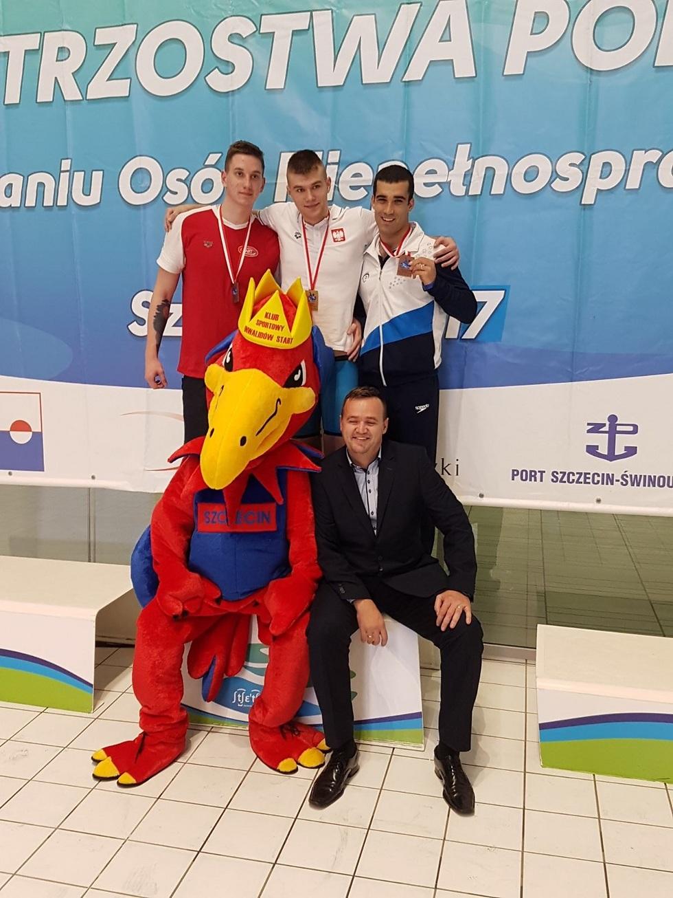 יואב ולינסקי (מימין) חוגג (צילום: באדיבות הוועד הפראלימפי) (צילום: באדיבות הוועד הפראלימפי)