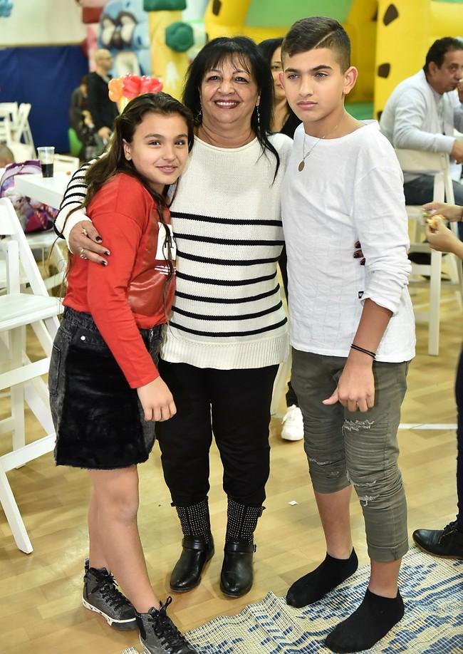 גם סבתא פה. רונית עם ליאם ואלין (צילום: ארן חן)