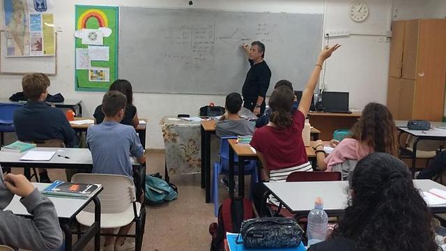 דורון מלמד מתמטיקה את תלמידי יב' (באדיבות דורון שפריר)
