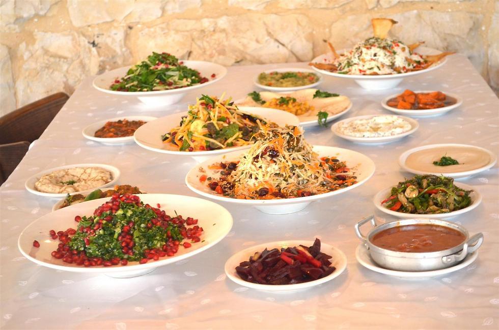 """הסלטים כלולים במחיר. מסעדת """"אלדיוואן"""" (צילום: טל פז תקשורת) (צילום: טל פז תקשורת)"""