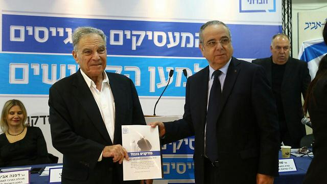 Sheshinski (L) and Brosh, presenting their plan (Photo: Assaf Shilo, Yisrael Sun)
