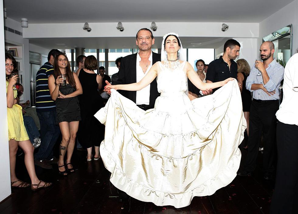 בחתונתה עם אדריכל אבנר ישר, 2010, אלקבץ בחצאית לבנה בעיצובו של אלבר אלבז ללנוון (צילום: דוד עדיקא)
