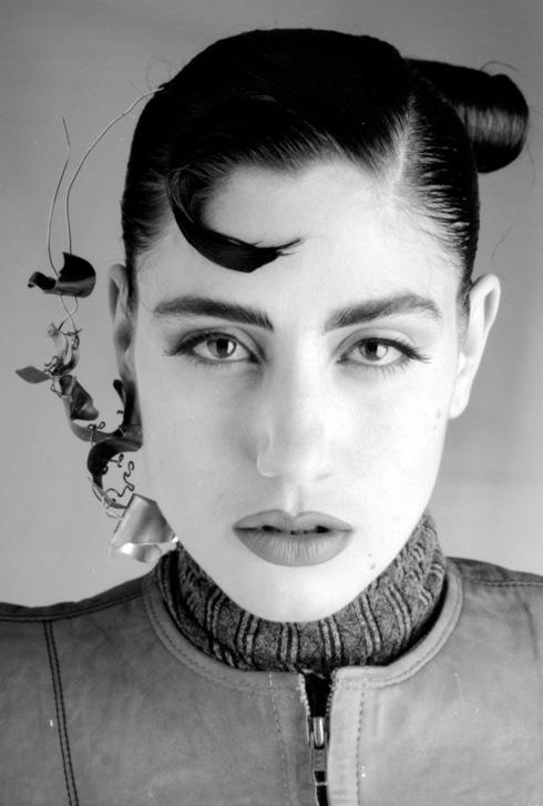 """""""התערוכה נולדה מתוך אוסף הבגדים של רונית, אבל היא הפכה לסיפור על יצירה, קולנוע, חלומות, ועל האופן בו בגד נושא איתו זיכרון, אבל גם יכול לבנות זהות"""". 1988 (צילום: איציק שוקל)"""