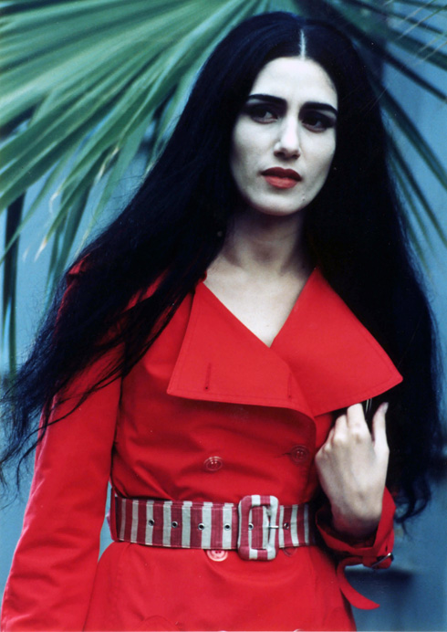 """רונית אלקבץ על סט הצילומים של הסרט """"צלקת"""", במאי: חיים בוזגלו, 1994 (צילום: עדי קפלן)"""