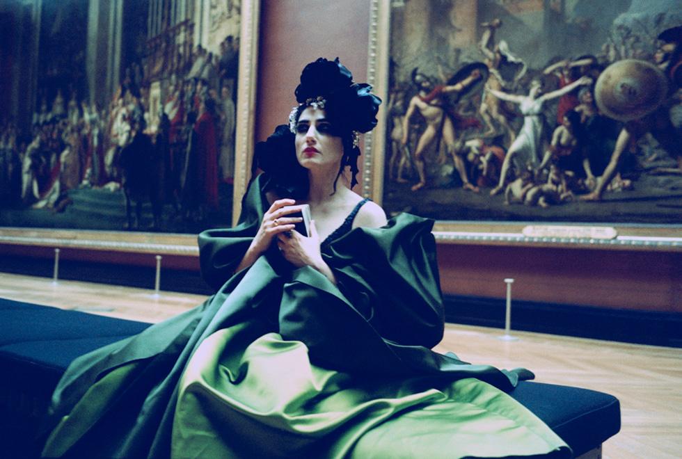 רונית אלקבץ כציון בסרטו של ז'וזף דדון, 2006. שמלת קוטור: כריסטיאן לקרואה (אמן: יוסף ז׳וזף דדון)