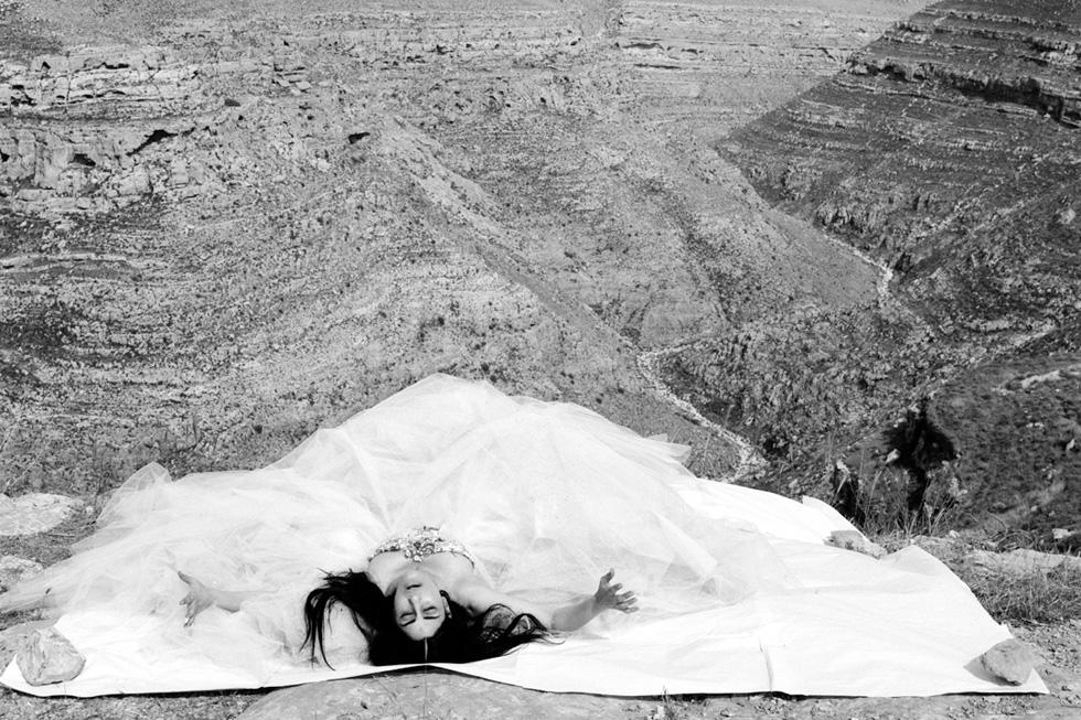 כציון בסרטו של ז'וזף דדון, 2006. שמלת קוטור: כריסטיאן לקרואה (אמן: יוסף ז׳וזף דדון)